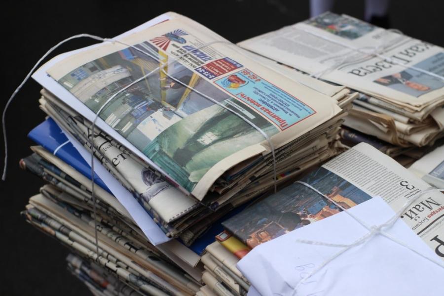 стопки старых газет